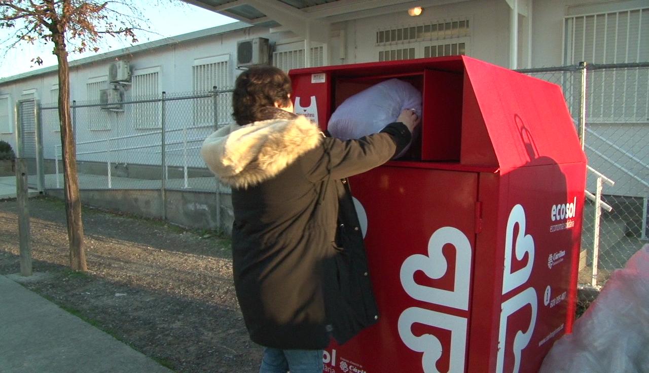 Els contenidors de Càritas recullen dues tones de roba al Pla de l'Estany en dos mesos