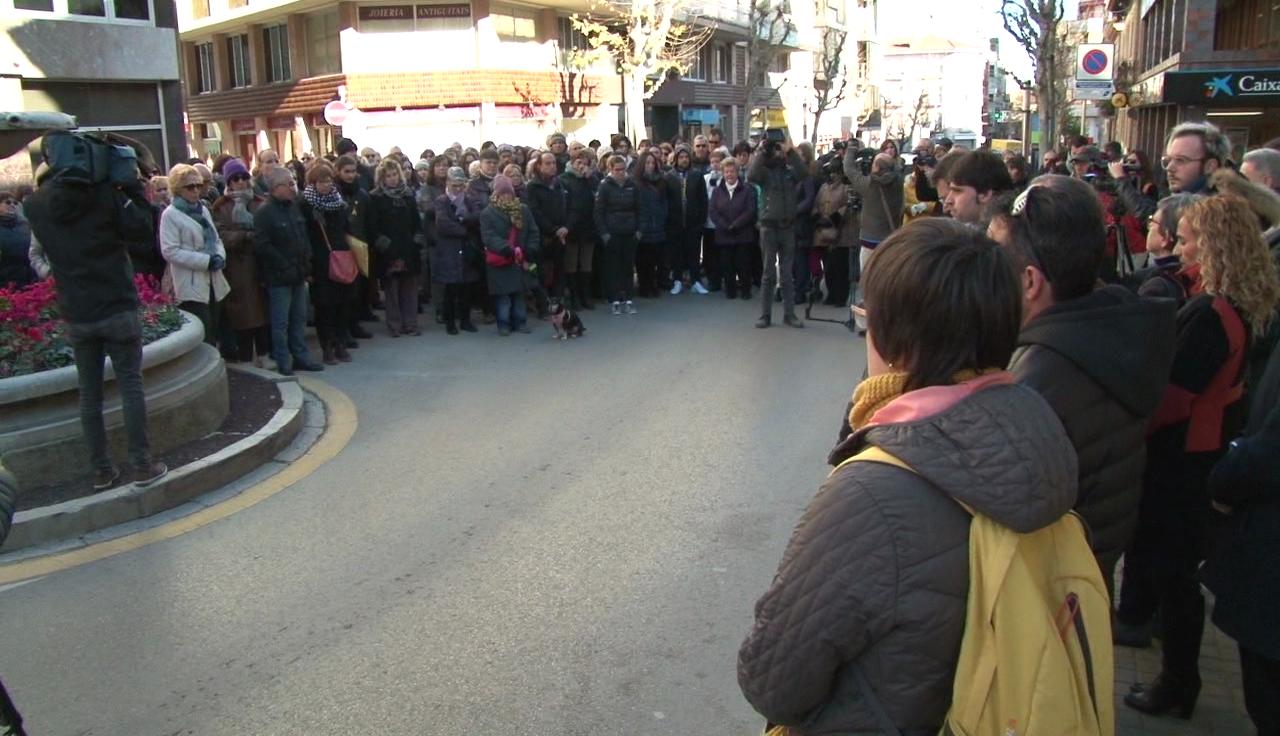 Més de 200 persones es concentren en suport a la família de la dona assassinada a Banyoles