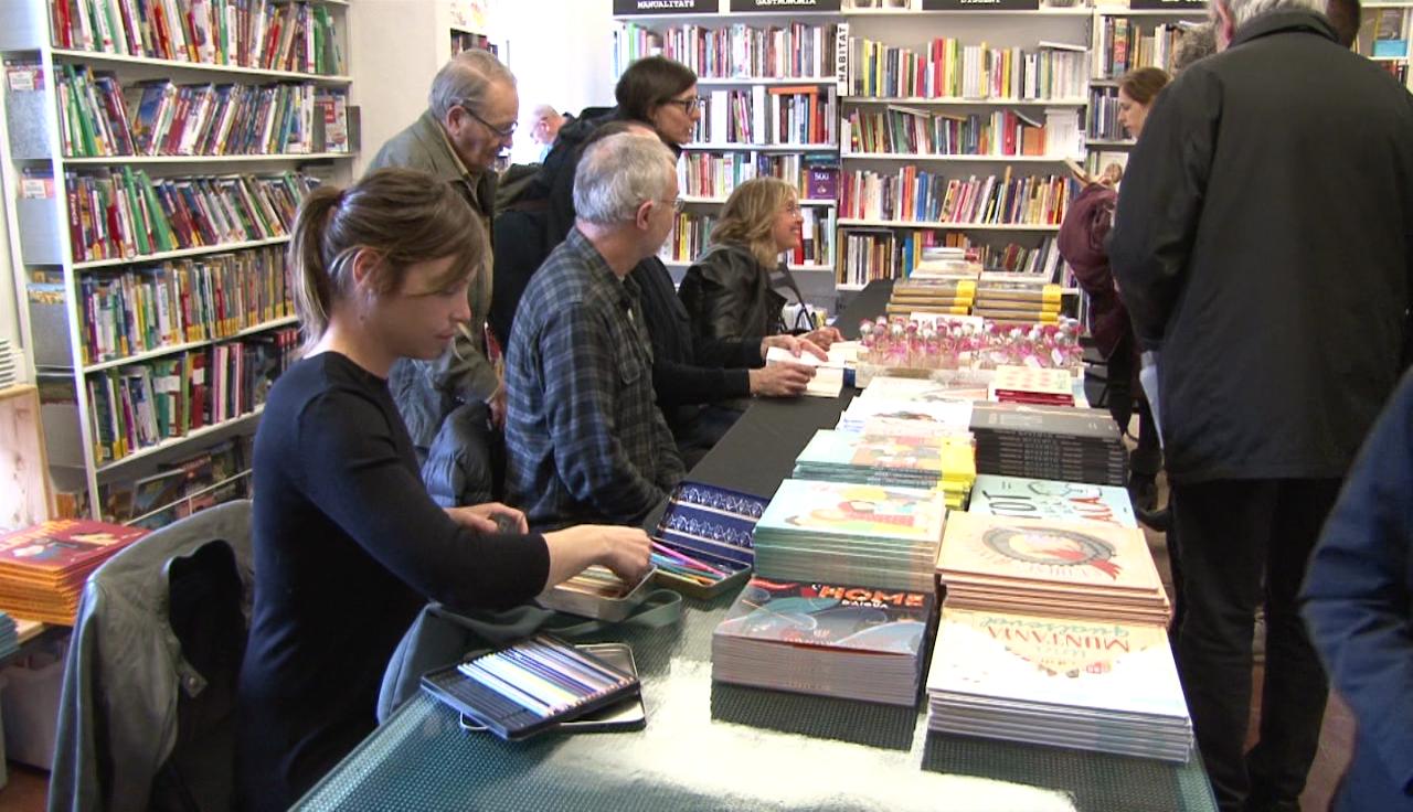 Desenes de persones avancen Sant Jordi i assisteixen a la signatura de llibres organitzada per l'Altell