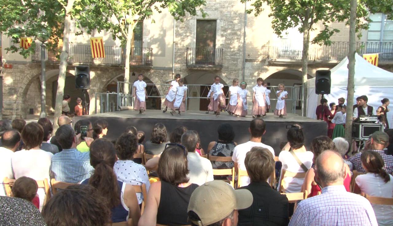 L'Esbart Dansaire Fontcoberta de Banyoles acaba el curs amb una actuació a la Plaça Major