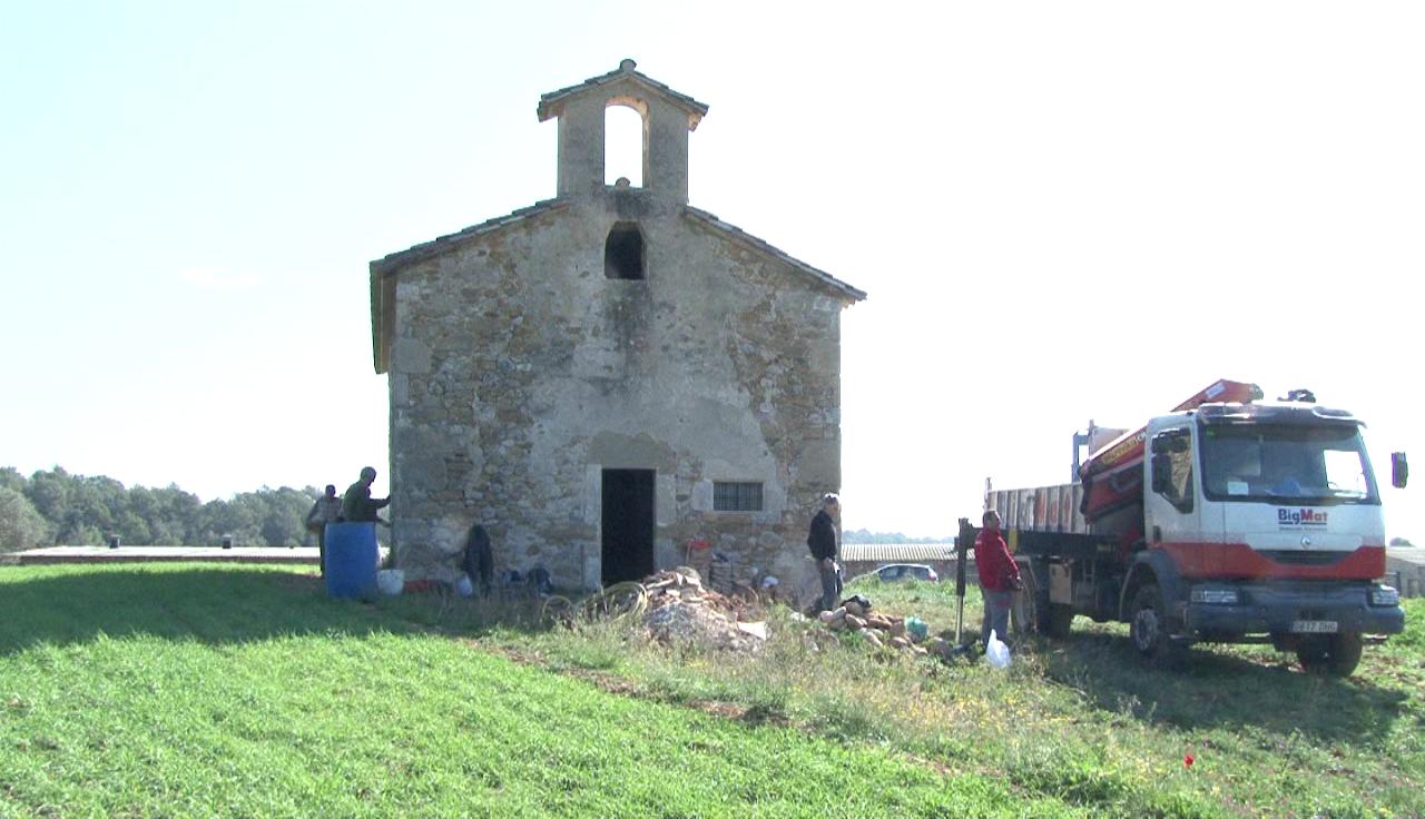 Un grup de voluntaris està arreglant l'ermita de Sant Miquel de Centenys