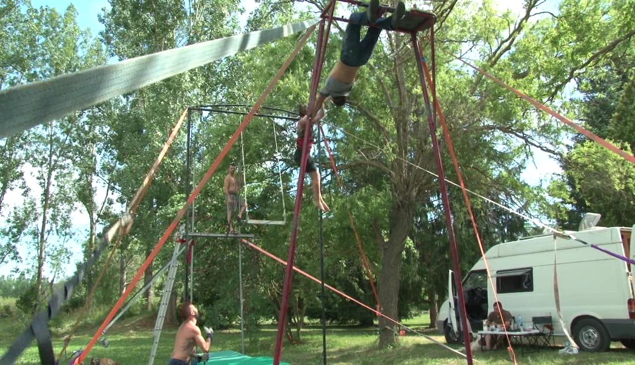 L'escoleta de Circ del Pla de l'Estany acaba el curs amb unes classes intensives de trapezi mini-volant
